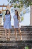 2 женщины в платьях на шагах Стоковые Фото