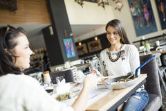 Женщины в ресторане Стоковая Фотография RF
