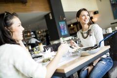 Женщины в ресторане Стоковое фото RF
