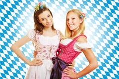2 женщины в розовом платье в Баварии Стоковая Фотография