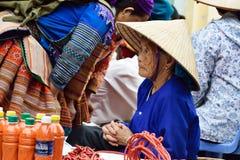 Женщины в рынке Вьетнама Стоковые Фотографии RF