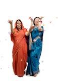 Женщины в сари под дождем цветков Стоковые Фото