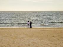 2 женщины в сиротливом пляже Стоковое Изображение
