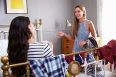 2 женщины в спальне выбирая чего нести Стоковые Изображения