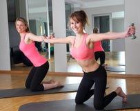 2 женщины в спортзале с гантелями Стоковое Изображение RF