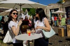 Женщины в стеклах выпивая вино на открытом баре Стоковая Фотография