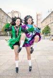 2 женщины в танце Ирландского одевают танцы Стоковые Фотографии RF