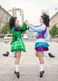 2 женщины в танце Ирландского одевают танцы Стоковое фото RF