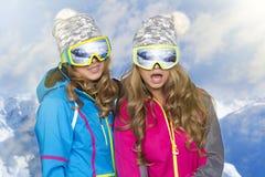 2 женщины в теплых одеждах Стоковое Фото