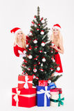 2 женщины в ткани santa стоя близко рождество Стоковые Изображения