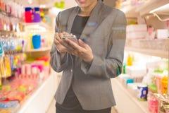 Женщины в торговом центре используя мобильный телефон Стоковое Фото