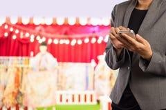 Женщины в торговом центре используя мобильный телефон Стоковая Фотография RF