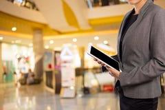 Женщины в торговом центре используя передвижной ПК таблетки Стоковая Фотография RF