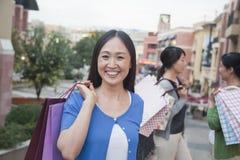 3 женщины в торговом центре Стоковые Фотографии RF
