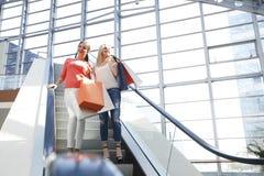 Женщины в торговом центре Стоковая Фотография