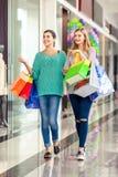 Женщины в торговом центре Стоковые Изображения
