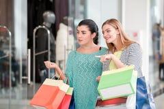 Женщины в торговом центре Стоковые Изображения RF