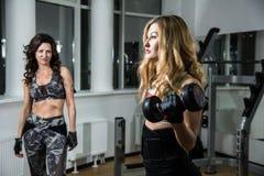 2 женщины в тренировке спортзала Стоковое Фото