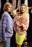 Женщины в фиолетовых и розовых меховых шыбах Стоковое фото RF