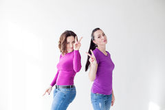 2 женщины в фиолетовых пальцах выставки одежд Стоковые Фотографии RF