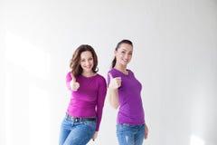 2 женщины в фиолетовых пальцах выставки одежд Стоковое Изображение
