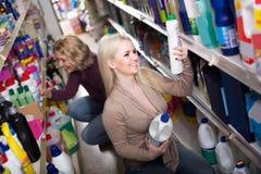 Женщины в хороших настроениях выбирая тензиды в магазине Стоковое Изображение RF