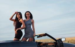 2 женщины в черном автомобиле на дорогах обочины Стоковые Фото