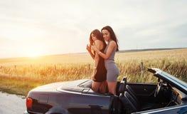 2 женщины в черном автомобиле на дорогах обочины Стоковое фото RF