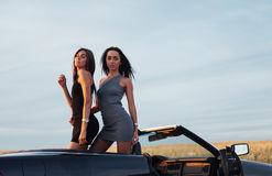 2 женщины в черном автомобиле на дорогах обочины Стоковые Изображения
