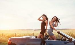 2 женщины в черном автомобиле на дорогах обочины Стоковая Фотография
