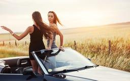 2 женщины в черном автомобиле на дорогах обочины Стоковая Фотография RF