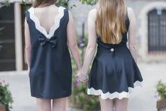 2 женщины в черно-белых платьях Стоковое Изображение RF