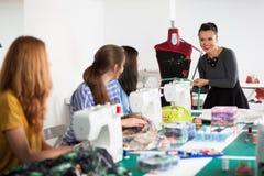 Женщины в шить мастерской стоковая фотография rf
