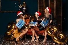 Женщины в шляпе Санта Клауса с подарком в руках Стоковое Фото