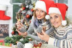 2 женщины в шляпах santa Стоковая Фотография