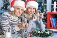 2 женщины в шляпах santa Стоковые Фотографии RF