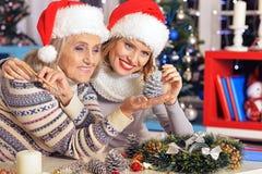2 женщины в шляпах santa Стоковые Изображения