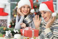 2 женщины в шляпах santa Стоковая Фотография RF