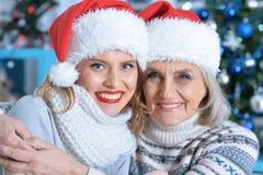 2 женщины в шляпах santa Стоковое Изображение RF