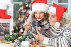 2 женщины в шляпах santa Стоковое фото RF