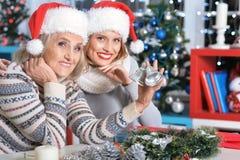 2 женщины в шляпах santa Стоковое Изображение