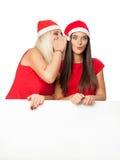 Женщины в шляпе хелпера santa с пустой белой доской Стоковое Изображение RF