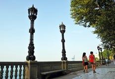 2 женщины в Alameda Apodaca, Кадисе, Андалусии, Испании Стоковые Фото