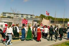 Женщины в bunad красочных традиционных норвежских костюмов Стоковая Фотография RF