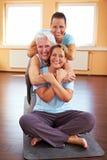 женщины гимнастики сидя стоковое фото rf