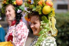 женщины гирлянды плодоовощ Стоковые Фото