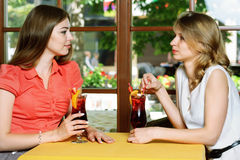 2 женщины говоря в кафе Стоковые Фотографии RF