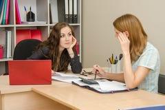 2 женщины говоря в офисе и общанные с в учетом Стоковая Фотография