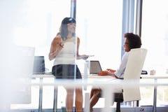 2 женщины говоря в офисе Стоковое Изображение