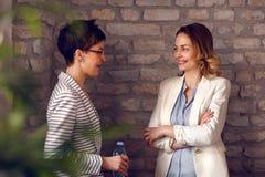 Женщины говоря в офисе Стоковые Фото